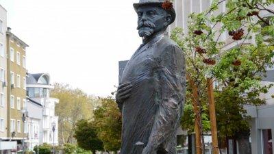 Паметникът се издига на метри от театъра във Варна. Снимки Община Варна