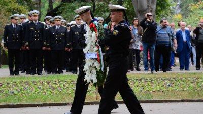 Варненци поднесоха венци в знак на признателност към народните будители. Снимки Община Варна