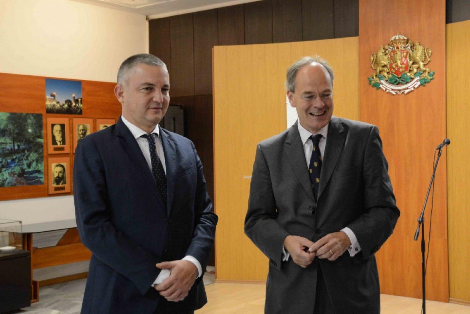 Посланикът на Германия у нас Кристоф Айххорн (вдясно) се срещна с кмета на Варна Иван Портних. Снимки Община Варна