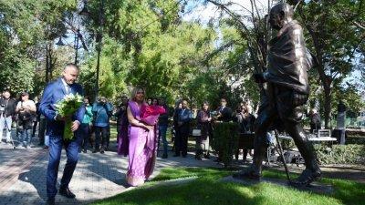 Паметникът е разположен в градинката до Градската художествена галерия във Варна. Снимки Община Варна