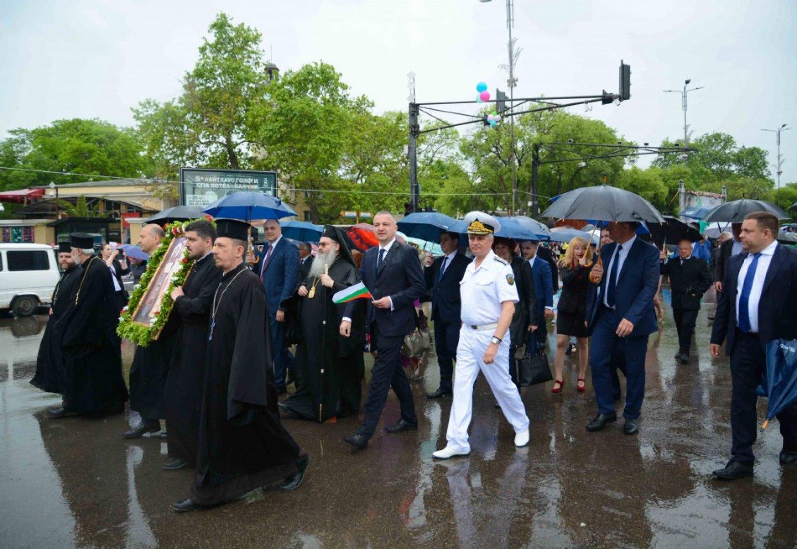 Дъждът не помрачи настроението на днешното шествие. Снимки Община Варна