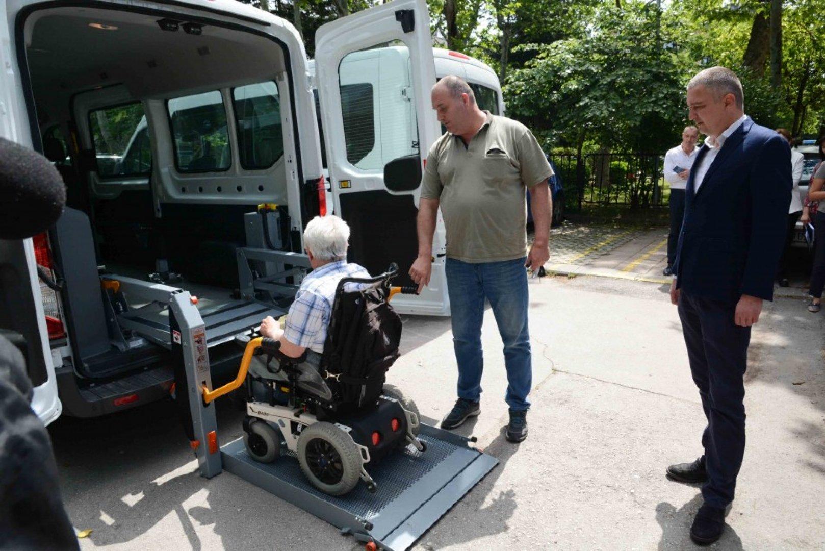 Специализираният транспорт е безплатен за ползвателите му. Снимки Община Варна