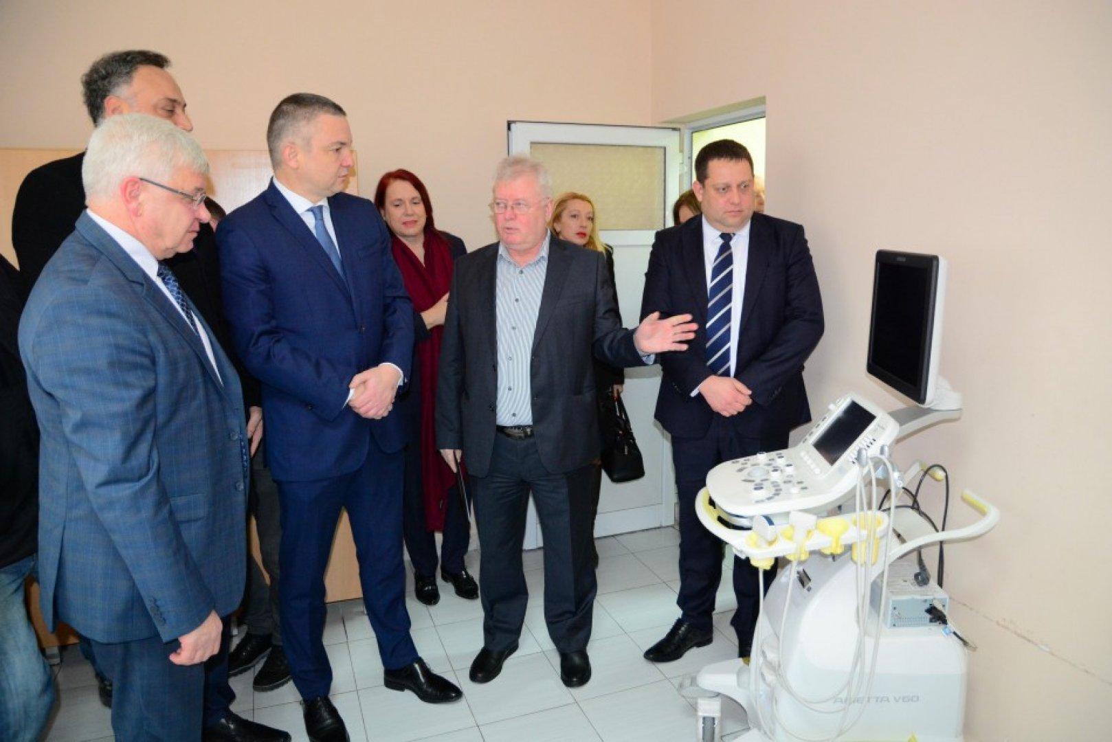 Управителят на болницата проф. Георги Кобаков показа новата апаратура. Снимки Община Варна