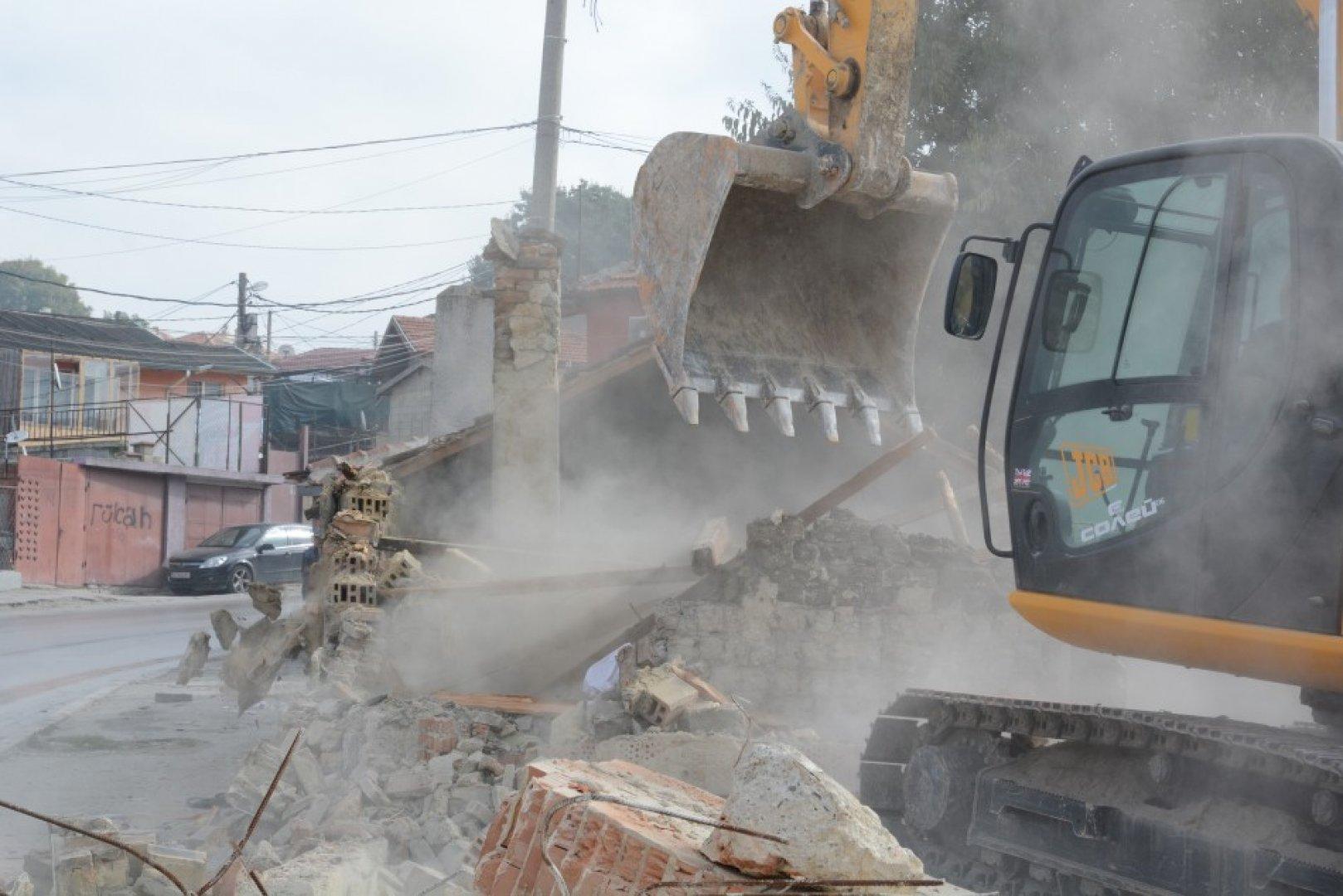 До момента в Максуда са премахнати над 200 опасни или незаконни обекта. Снимки Община Варна
