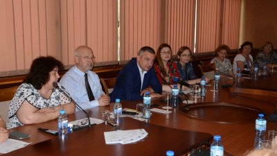 Кметът на Варна Иван Портних (третият отляво надясно) благодари на екипа, работил по проекта. Снимка Община Варна