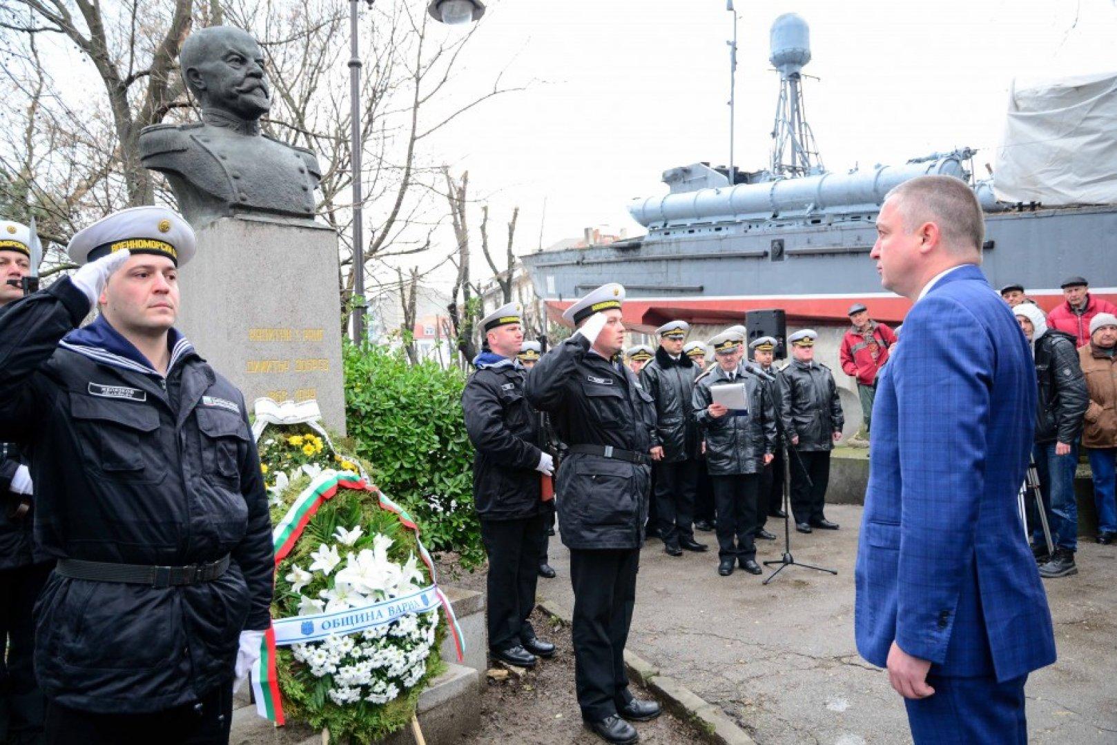 Венци и цветя бяха поднесени с военен ритуал пред паметника на офицера в Морската градина. Снимки Община Варна