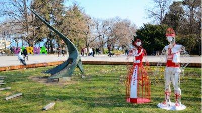 Двуметровите мартеници са монтирани на входа на Морската градина. Снимка Община Варна