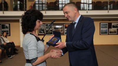 Кметът на Варна Иван Портних връчи част от наградите. Снимки Община Варна