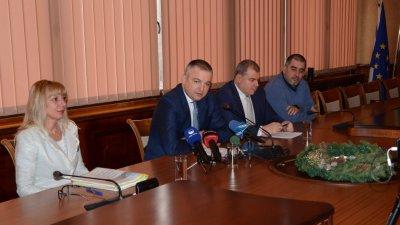 И тази година запазваме местните данъци и такси, с изключение на данък придобиване на имущество, каза кметът на Варна Иван Портних (вторият отляво надясно). Снимка Община Варна