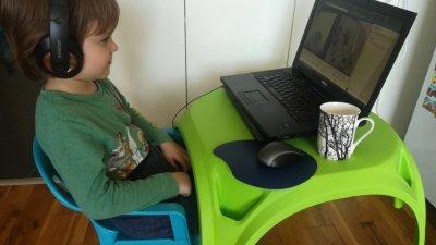 Най-малките гледат спектаклите онлайн