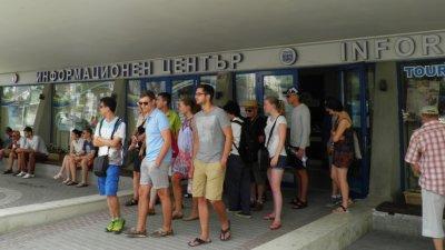 Чуждите туристи посещават Туристическия информационен център във Варна. Снимка Община Варна