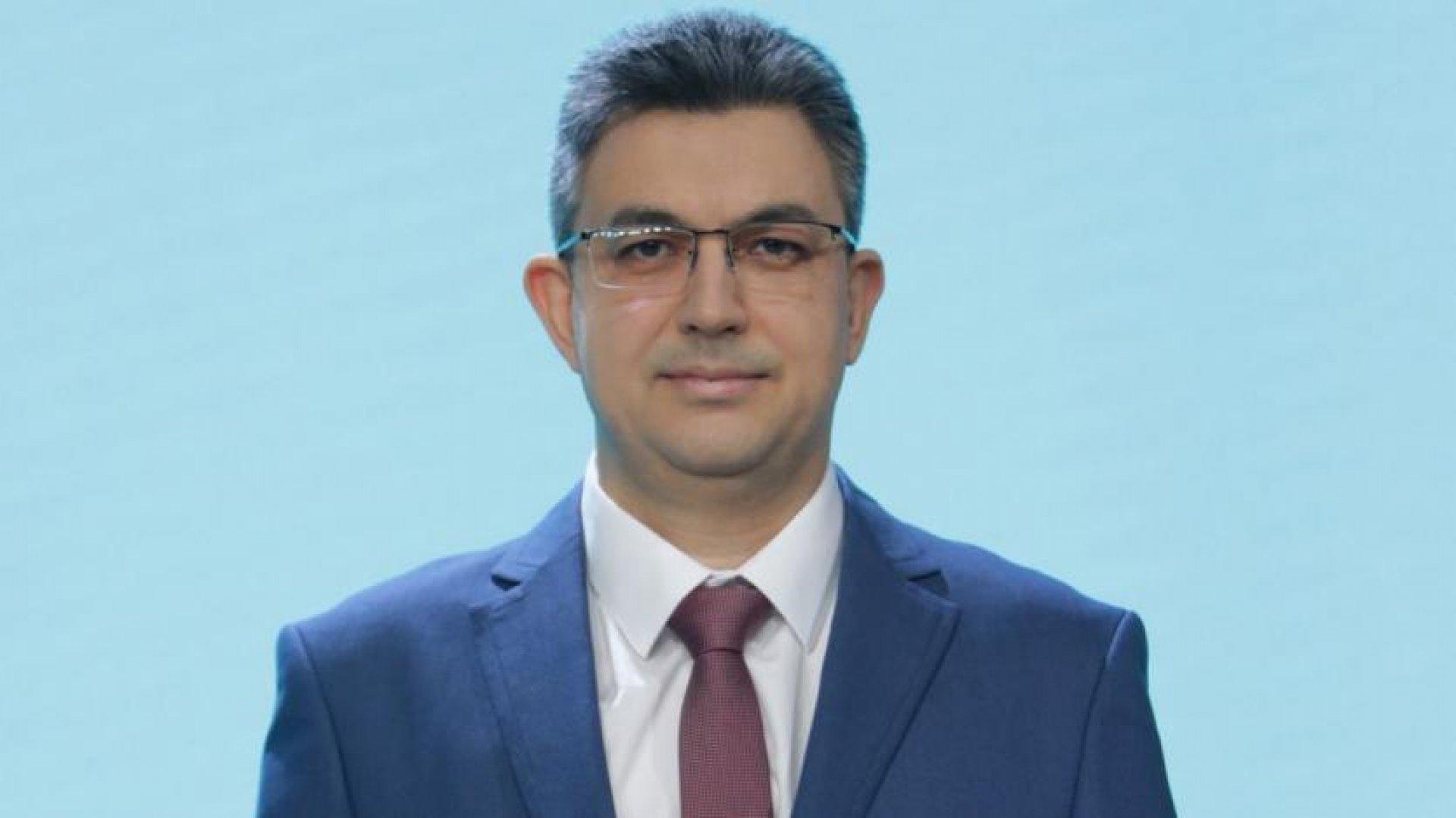 Пламен Николов е роден в Горна Оряховица и е завършил право в СУ Свети Климент Охридски
