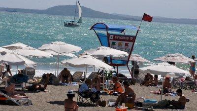 При червен флаг е забранено влизането в морето. Снимки Тодор Ставрев