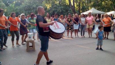 Чужденци се хванаха на благотворителното хоро във Варна