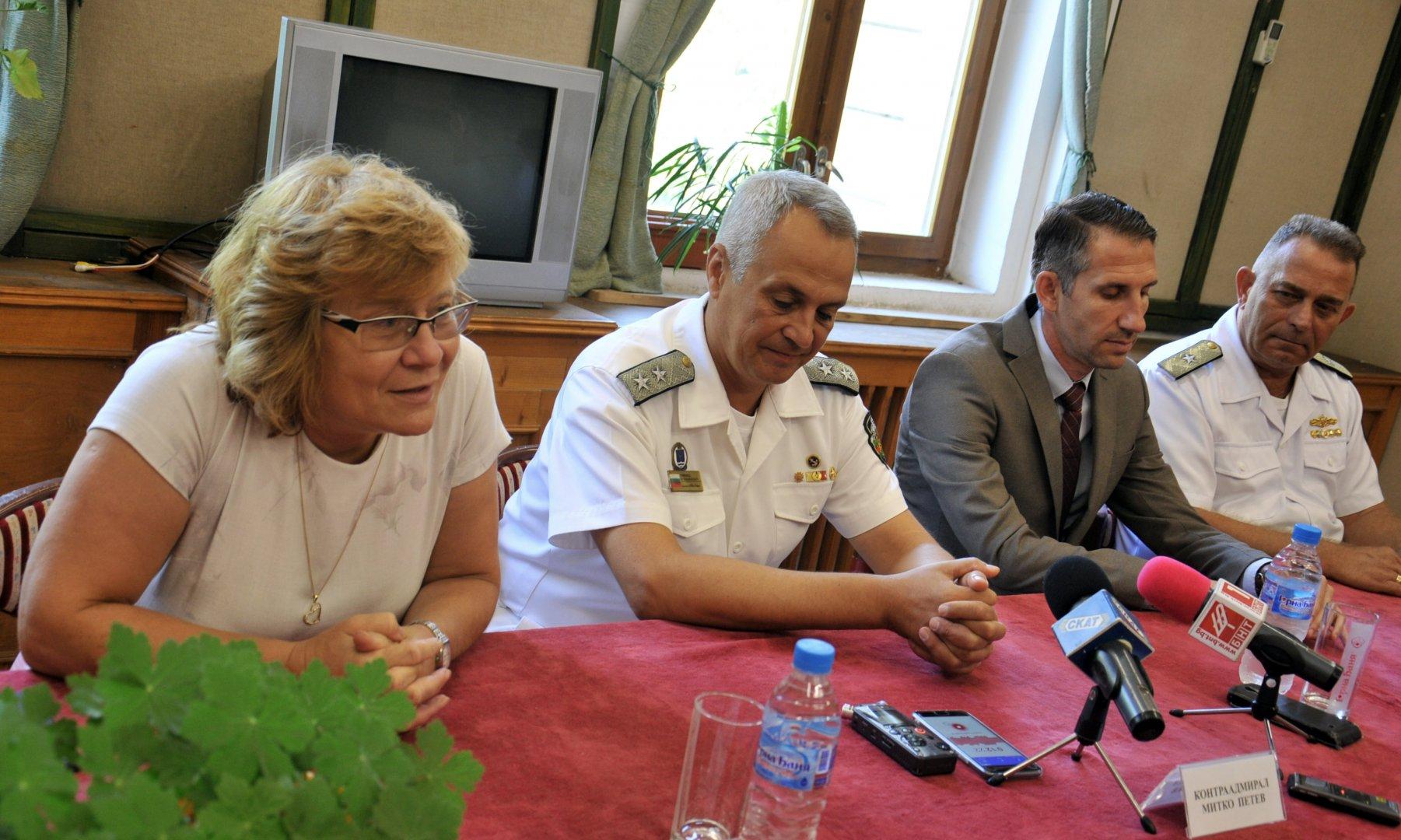 Контраадмирал Митко Петев (вторият отляво надясно) поздрави колегите си за празника. Снимка Черноморие-БГ